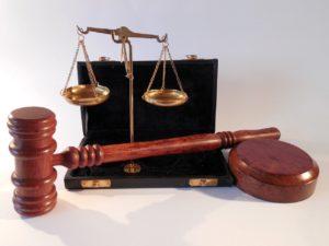 פטיש ומאזניים משפטיים