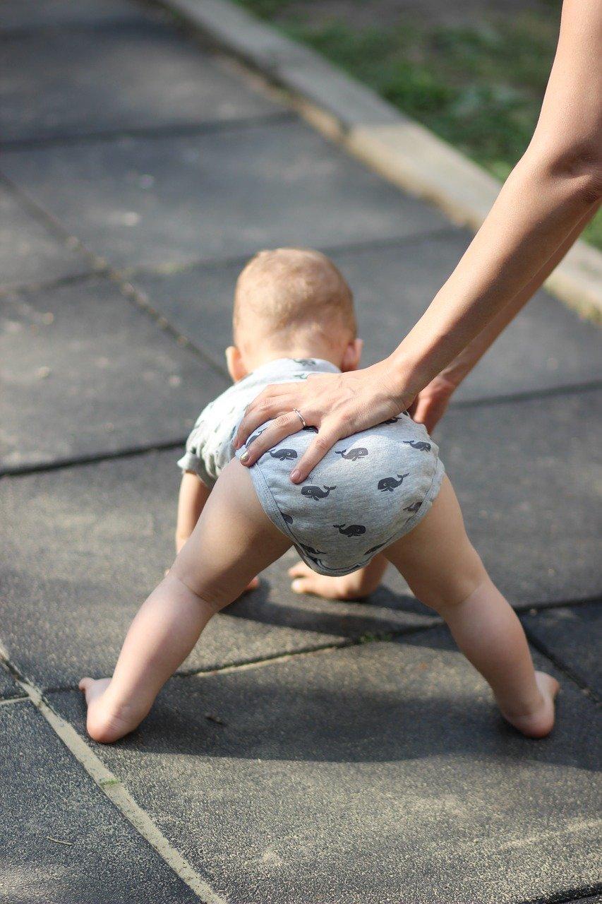 תינוק מנסה ללכת