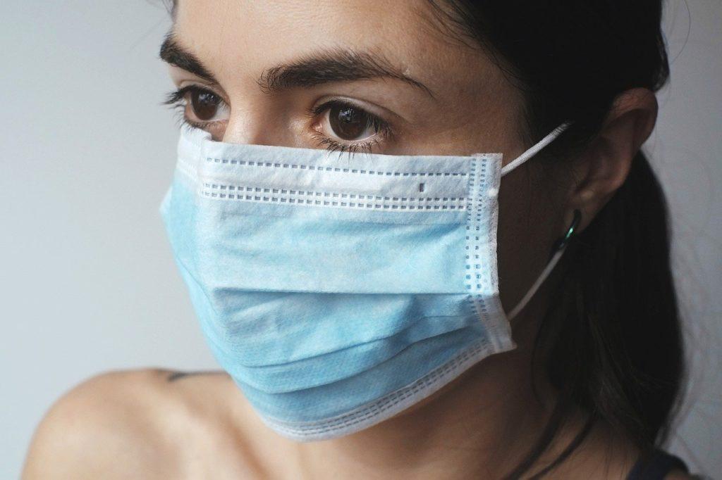 אישה חובשת מסיכה